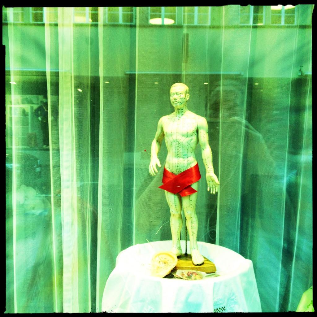 Mann mit roter Badehose