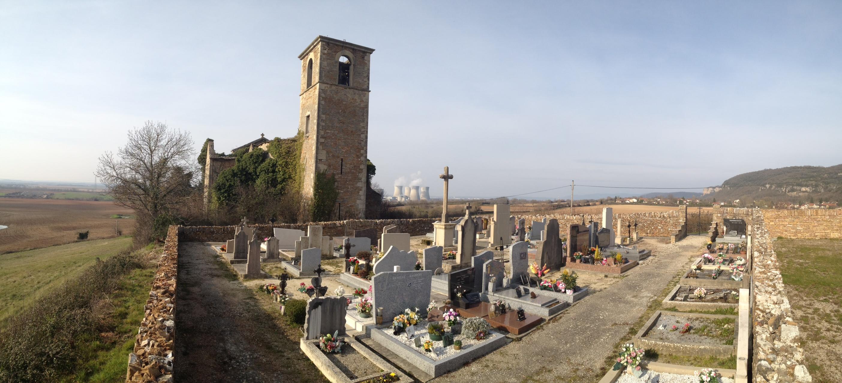 Eine Kirchenruine mit Friedhof vor Atomkraftwerk. Unheimlicher Ort.